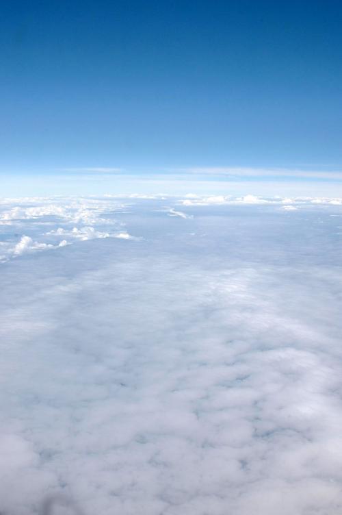 飛び立って暫くは、雲が多くて窓からは厚い雲以外に何も見えなかったが、安徽省を過ぎた辺りから雲の晴れ間が確認出来た。<br />