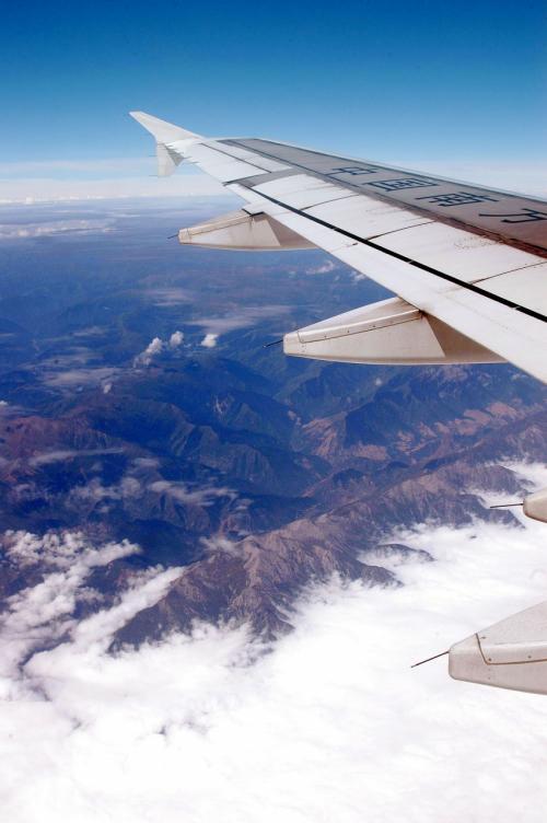 飛行機から下を眺めていると、緑豊かな山々が連なる風景が延々と続く感じがした。