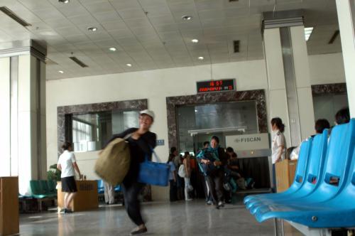 ずた袋を持ったおばさんリード!!<br />青頭巾のお母さん荷物をファンブル!!