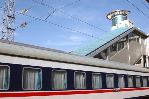 我々は、この障害物競走には影響のない別のホームだったので、無事自分の列車に辿り着く事が出来た。<br /><br />本来は、時間が近い便であっても、該当する便毎に検札が行われ、それ以外の人はホームへ入られないシステムだが、前の便の客が多すぎて、結果的に重なってしまう場合が多かったようだ。<br /><br />ホームからは、利用したホテルも見えていた。