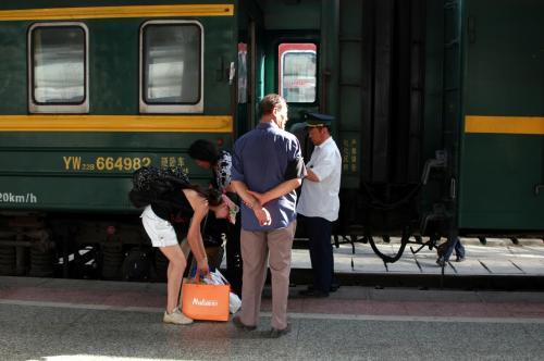 列車員(鉄道員)が男性なのは、ここ中国では珍しい。<br /><br />後で仲良くなる。<br />このおいちゃん、張さんのお兄さんとは友人らしく、こま達の事を頼まれていたそうだ。