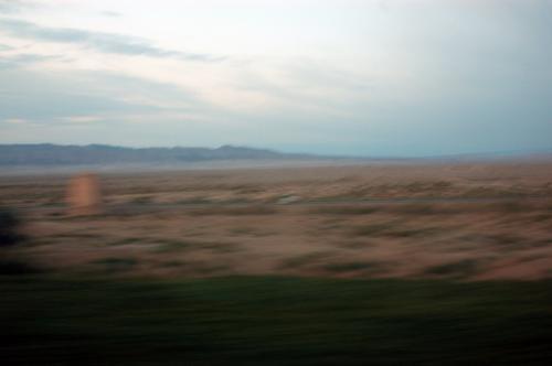 朝起きると、N915次は戈壁灘の中を走っていた。<br />景色を見ると、遠くに懐かしの祁連山脈が併走して居るじゃないか!!<br />・・・と言う事は。。。<br /> <br /><br /> 「もうすぐ敦煌に着く!!」<br /> <br /> <br />