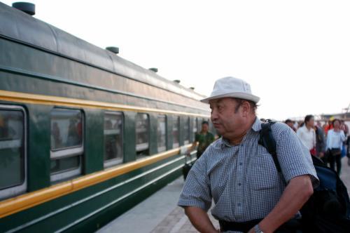 画家爺ぃさんは、列車を見つめて何思う?