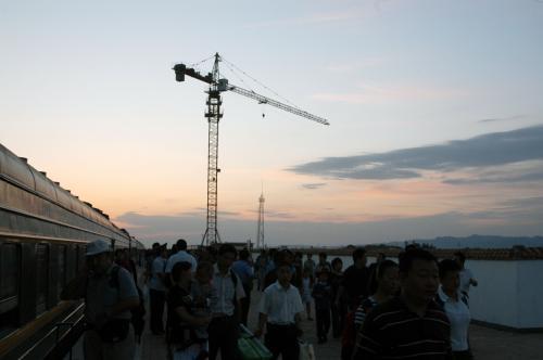 駅舎が出来る位置なのだろうか、大きく背の高いクレーンが操業中だった。<br /><br />噂では中国で3つの指に入る規模の駅舎が出来るらしいが、ここにはそんなモノ決して必要だとは思わない。いや、必要な訳がないと言う事を敢えて注釈しておこう。<br />