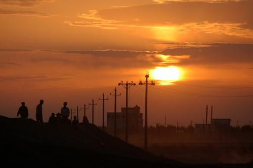 おお、何と綺麗な・・・<br /><br />空に雲が覆っていたので、ホームからは見えなかったが、辺りがあかね色になっているのは判っていた。<br />どうせ雲で見えないのだろうと思っていたが、出てきて駅前広場から眺めると、雲が切れて大きくて真っ赤な朝日が顔を出していたのだ。
