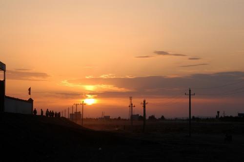 赤く燃えたぎるような、まるで夕日の様な輝きは、1分も続かなかった。<br /><br />登る高さの関係で、丁度雲から除いた瞬間が、赤く見える最後の高さだったのだろう。<br /><br />兎に角ラッキー瞬間に雲が切れてくれたようだ。<br />予想外な御仁によるお出迎えに満悦だった♡
