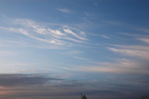 敦煌の空には、やはり見付けた「飛天雲」。<br />敦煌ならではの、美人な天女達もお出迎えだ。