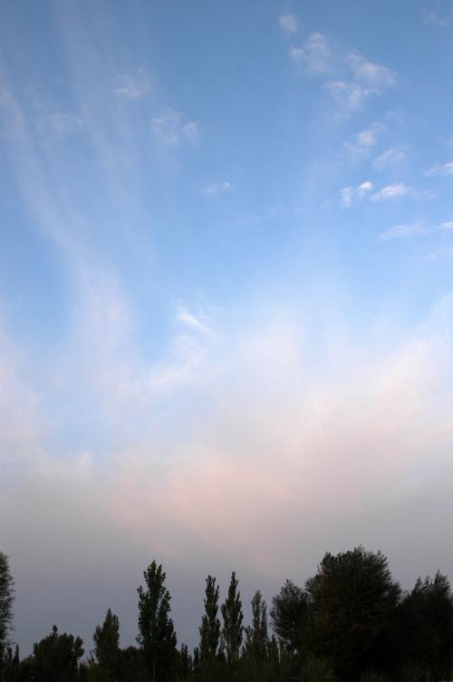 敦煌や西北の砂漠地帯では、立地条件の違いから、空がとても面白い。<br /><br />敦煌の雲は、昨年の旅行記で取り上げた程だ。<br />?:http://4travel.jp/traveler/chinaart/album/10039059/敦煌、夏の空に集う雲たち・其の1<br />?:http://4travel.jp/traveler/chinaart/album/10039069/敦煌、夏の空に集う雲たち・其の2