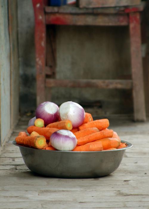新鮮な敦煌野菜たち。<br /><br />今日の抓飯(ポロ)の材料として、夜の小吃広場で使う材料だ。<br /><br />(一寸汚れているのは見なかった事にして・・・(^^;)<br />