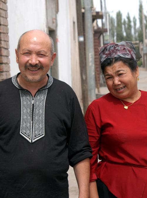 見送る司馬義夫婦。<br /><br />こうして見ていると、維吾爾や漢民族に日本人など、そんな垣根なんかなくなって欲しいと痛感する。<br /><br />基本的には宗教も問題で、特に清真(イスラム)を重んじる維族は、どうしてもその壁を越えられない。<br />昨年、爺ぃがお付き合いしていた吐絲娜さんも、結局は「維−漢」の民族慣習が問題で実現出来なかったのだから。<br /><br />維吾爾と漢民族は、友達には成れてもそれ以上には成れないのか。。。<br />(実例はある、しかし色んな問題を引き摺りながら生活して居られるのが事実。日本人と中国人の結婚でさえ、結婚して初めて判る色々な苦労話も耳にするし・・・)