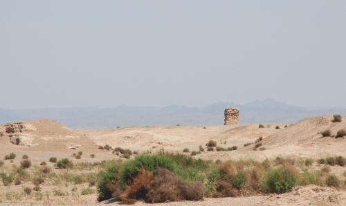 景色に見とれていると、、、<br /><br />お、遠くに烽火台が見えてきた。<br />漢の長城跡近くにあるものだ。