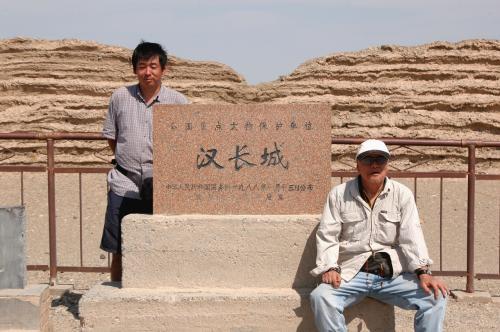 漢の長城正面にある石碑。<br /><br />良く勘違いされているが、この長城と万里の長城は別物。時代背景が全く違う。<br /><br />後の明の長城は、中国の東海から甘肅省嘉峪関の萬里長城第一墩で終わっているもの。<br />それに対して漢長城は、萬里長城ではない上に、沙州(元安西国の東部。アフガン地域から沙州まで)の防攻壁だった。