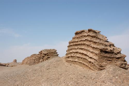 降り立った所から延びる長城を眺めると、、、<br /><br />こちらは西へ延びる漢の長城。