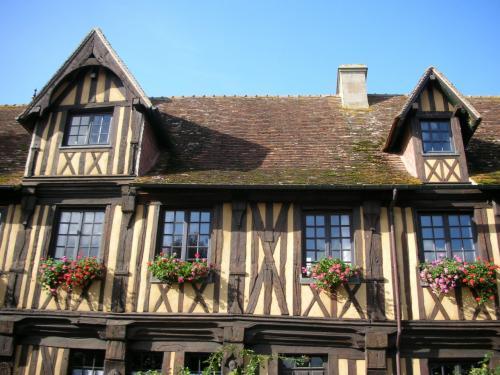 途中休憩をはさみつつ、ブブロン村(Beuvron en Auge)に到着。<br />フランスに141しかない「最も美しい村(les Plus Beaux Villages de France)」のひとつに認定されているそうです。<br />かわいらしいおうちがいっぱいあって、人口約200人。<br />家はまず木組みをつくって、間に石膏を流してつくるそうです。<br />17世紀からの家もあって、若干ゆがみが生じています。<br />観光バス2台で乗り込んだので、一気に日本人村になってしまいました。<br />ポストカードを買って、この村から自宅あてに郵送しました。日本までは90セントです。郵便だけ安いです。<br />小さな村だったので、すぐ見て回れました。伝統と愛らしさが混在している素敵な村でした。<br />別れを告げて、またバスに乗り込みモンサンミッシェルを目指します。<br />