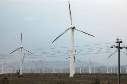 吐魯番を過ぎた辺りから、緑が目立ってきた。<br />ここは烏魯木齊と吐魯番の間にある「達坂城草原」。<br />古の城下達坂城も、現在はこの様な風力発電用の風車が数千基建ってられており、1つの観光名所となっている。<br />(明日の吐魯番行きでここを通るので、詳しく紹介予定)<br />