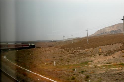 新疆維吾爾自治区、烏魯木齊に向かって列車は走る。