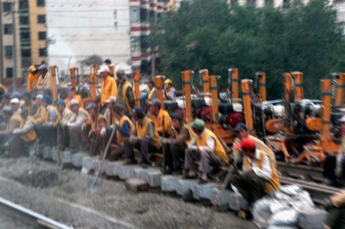 烏魯木齊駅に入る手前で行われていた線路工事に携わる工員達の様子。<br />将に人海戦術そのものだ。