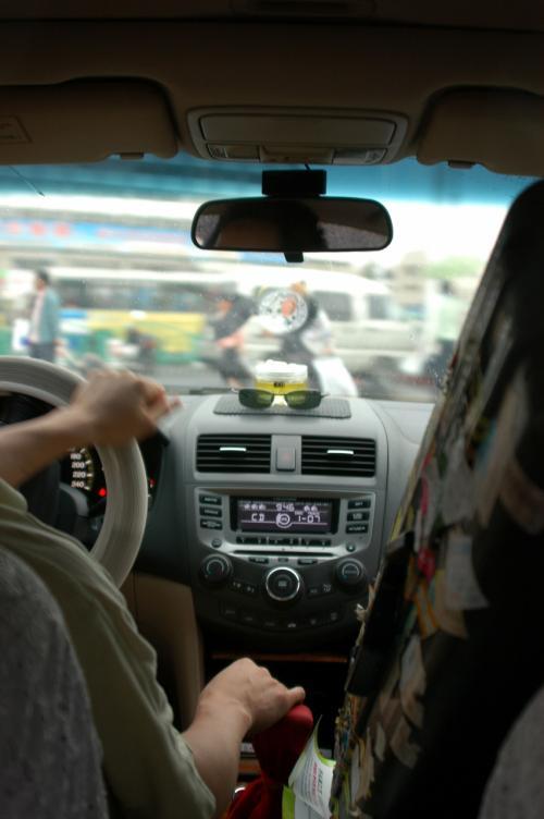車内。<br />折角の良い車も、スーツケースやマスコットバッグ、リュックなどで積め詰めになって無惨。<br />