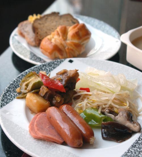 小食のこまの取り分。<br />大抵一回取ったらそれっきり。<br /><br />最初にフレッシュグレープフルーツジュースを飲み干した。今日取った内容は、ソーセージに牛肉とジャガイモの炒め物、もやしと椎茸の炒め物に冬瓜のとろとろ煮。<br /><br />ピリ辛で、中身が良く判らなかったスープとパン3種。<br /><br />あとで珈琲一杯♡<br />・・・でも、珈琲はイマイチ(;_;<br />