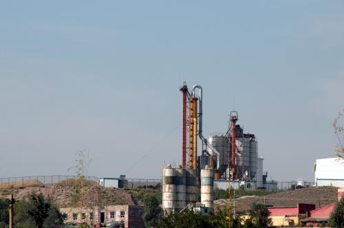 近い郊外にある化学工場設備。<br /><br />烏魯木齊は、こう言った工場が近すぎる郊外地区に有る為、町の空が年中ガスっている。