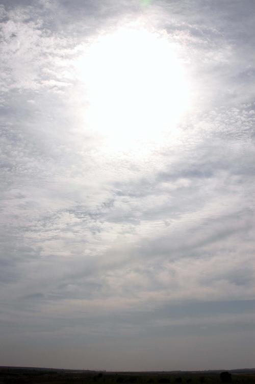 今日の天気も、何だかパッとしないスタート。<br />厚い雲の下に太陽が埋もれている。<br />それがまるで空中に空いた穴のように見えて、心なしか不気味にも感じた。<br /><br />昔、キカイダー01で、太陽電池で動く彼がピンチの時、空が晴れる時ってこんな感じの画像だったような・・・<br /><br />「イチロー!チェンジキカイダー・・ゼロワン!!」<br /><br />これは好機の前兆かな?(^^・・・(知らない人は何の事かワカラン)