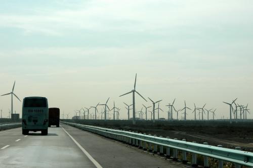 暫く行くと、前方に沢山の突起物を発見。<br />そう、来る時にも列車から見えていた、「達坂城草原」の風力発電用のプロペラ群だ。