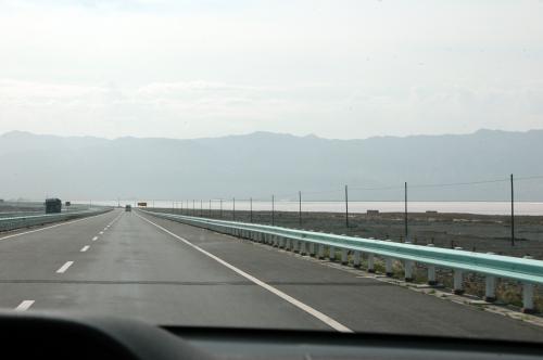 今まで直線だった高速道の前方が大きく左にカーブしている。<br />湖を回避するルートに差し掛かった。<br />烏魯木齊は湖が豊富な事でも知られている。<br />美しい草原、大自然の宝庫の意味を持つ烏魯木齊には、「海」以外の光景は全てあると言っても過言ではない。<br />