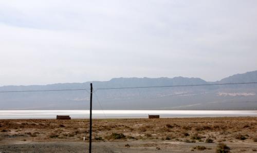 前方に広がるこの広い湖は塩湖。<br />有る意味海に近いのかも・・・?<br />