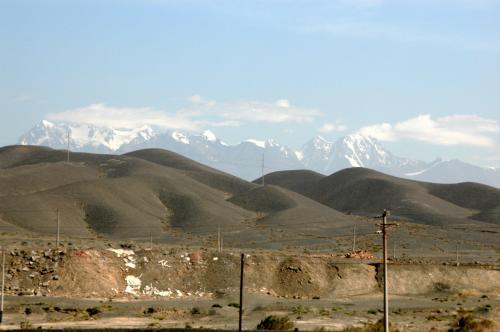 振り返ると、さっきまで曇っていて見えなかった、万年雪を湛えた天山山脈が顔を覗かせていた。<br />