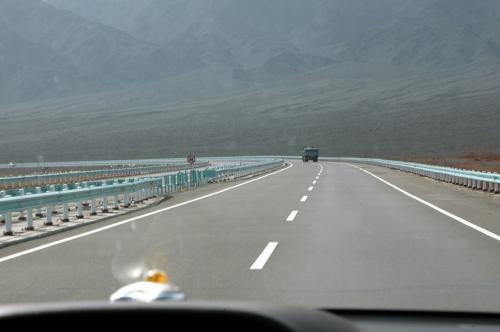 雄大な道が続く高速を130kmで突っ走っていた。<br />