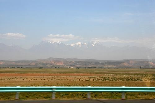 左手には、次第に綺麗になって行く天山が併走している。