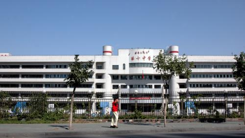 簡単にだが、クニクニが連れて廻された烏魯木齊市内を、適当な建築物をモチーフして綴ってみた。<br /><br />画像は、市内から少し外れにある第十中学校。<br /><br />