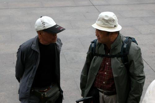 司机君が入場券を買いに言っている間、入り口前で待つ我々。<br />爺ぃの着ているジャケットは、急に寒くなったあの日、そう、こまが寝込んでいた日に友人に買って貰ったそうだ。(^^;