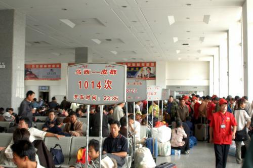 待合室。<br />各車両毎にシートが排列されている、普通の待合いコーナーだ。<br />赤帽の兄ちゃんは、有料で荷物を運んでくれる人達で、中文では通称「赤帽子」と呼ぶ。