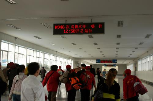 検札が始まった。<br />鬼のように駆け抜ける人達は、蘭州でも解説した、无座位の乗客達。<br />人の混雑具合は、蘭州の時よりはかなりマシのようだ。