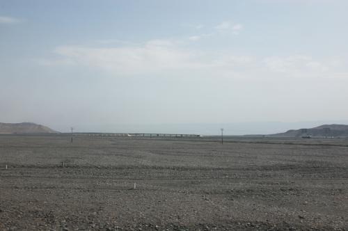 遠くに高速道路が見える。<br />先日の吐魯番行きで通った道かも知れない。