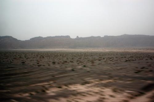今朝起きてみると、車窓から見える景色は殆どが戈壁の砂漠風景。<br />南疆列車からの風景は、思っていたほど砂漠ばかりの風景ではなかった。