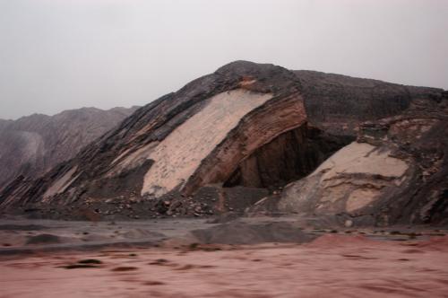 赤い大地に時折現れる岩石山。。。<br /><br />この辺りまで来ると、大地の姿は自然の儘の姿だった。