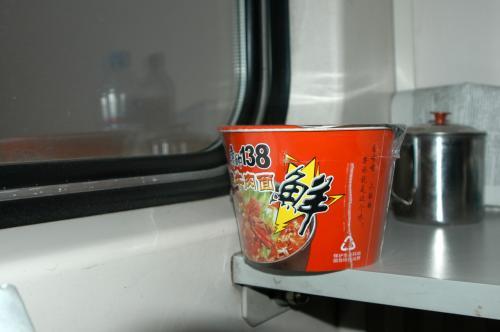 今朝は寂しく、軽くカップ麺で朝食代わりに。<br /><br />中国有名ブランドの康師傅のコピーものだが、結構あっさりして旨かった。(但し、激辛ばかりだったので、辛そうな調味料を省いて食べたが、元々濃い味付けだったのか、マジ旨かった・・・お腹が空いてただけ?)