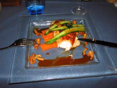 メインは、またまたチキンです。<br />フランス料理全般にいえることですが、味付けも日本人好みでそんなに濃いものではなく、おいしくいただけます。<br /><br />でも、またまた、写真撮る前に思わず食べてしまいました(;・∀・)<br />