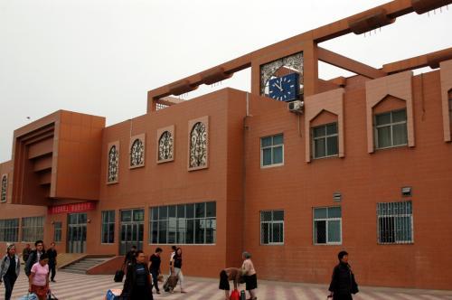 写真では見た事があるが、何となく殺風景なデザイン。<br />砂漠の駅なので、これで丁度良いかも。<br /><br />画像は駅構内からの駅舎。