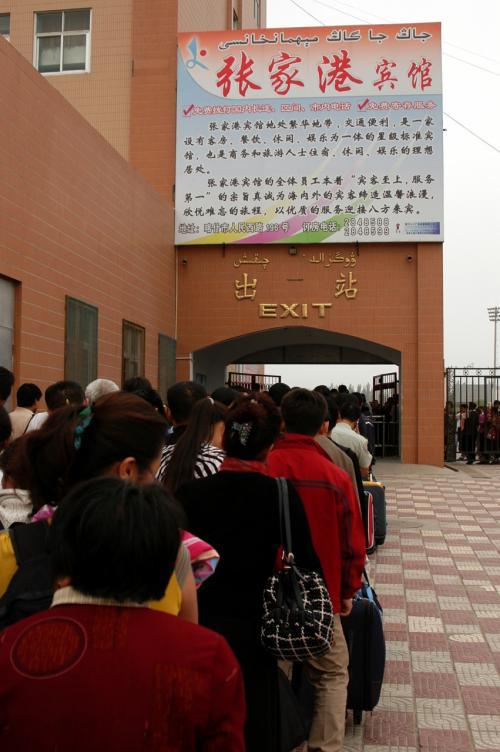 出口改札。<br />いつも書き忘れていたが、中国の駅では、出口と入り口の改札は別々になっている。<br /><br />出迎えには、烏魯木齊の公安庁から連絡を受けた不動産屋の社員と、こまの兄貴で韓さん(胖哥)。<br />(なぜ公安から「不動産屋」なのかは、話せば長くなる。真の中国通なら即理解可能)<br /><br />「韓さん」とは、ここの旅行記中でも常連さんの、「高木ブー」似で爺ぃの親戚の方。<br />(参考→http://4travel.jp/traveler/chinaart/album/10041934/義烏博覧会)