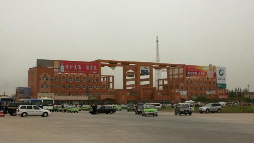 喀什駅全貌。<br />広場から正面を撮影。<br /><br />砂のせいで背景に何も見当たらず、駅だけが浮いたような感じになっている。