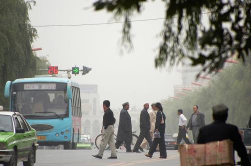 ビートルズのアビーロードジャケットよろしく、道路を渡る維吾爾の民たち。<br />但し、こっちの場合は、車が来る道路を、平気で並んで歩いているから、気合いが違うぜ!・・・?