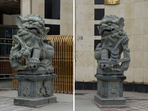 昨日其尼瓦克賓館の前経理王さんから紹介されていたタクシー運転手に電話、<br />彼に案内して貰う事にした。<br />最初は、爺ぃの画材を買う為に文化用品店へ向かう。<br /><br />画像は其尼瓦克賓館玄関門扉に置かれた獅子像。