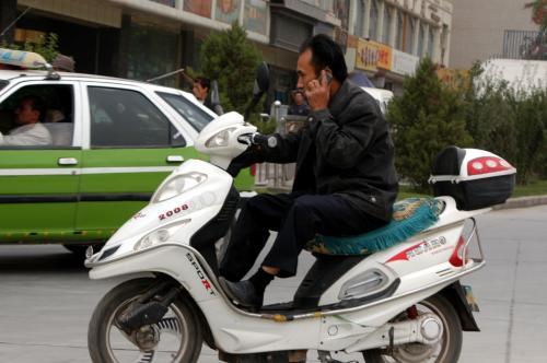 やたらとヘッドライトが多いバイク。<br />よく見ると、電気充電式の自転車だ。<br /><br />そんなにヘッドライト付いてたら、バッテリー直ぐやられるで!<br />え!?点けないから平気って・・・あ、そっか。<br />