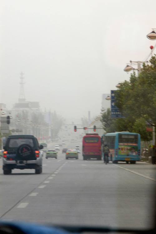 図画板を手に入れ、それを車に積んだまま香妃墓へ向かう。<br />喀什の文化用品店は、中国でも稀な程の大きさと品揃いだったのには驚いた。<br /><br />砂にまみれている町が目の前に広がる。<br />先に山があるのか何があるのか判らない視界の低さ。<br />