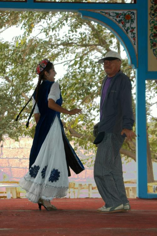 お客が来ると、音楽が流れ出し、民族衣装を纏った維吾爾姑娘が踊りを始めた。<br />すると、誘われるが儘にクニクニがステージへ・・・<br /><br />それって、なんかドリフのヒゲダンスかいな?