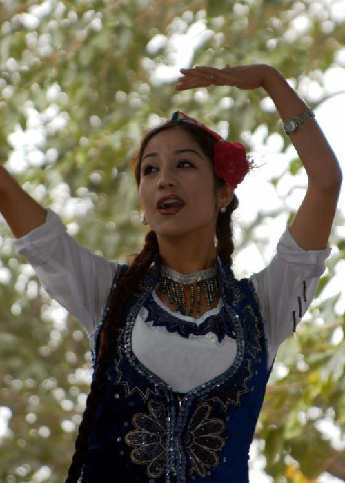 踊る維吾爾姑娘。<br />手の運びが、とってもしなやかだ。