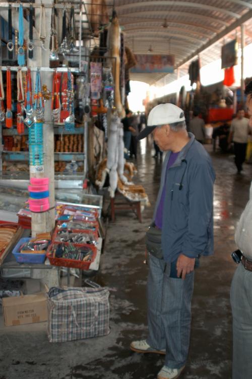市場に入った。<br /><br />「少年」クニクニに変身していた。<br />目に付くものが興味でいっぱい。<br /><br />しかし、新しくなった市場内は、昔の台に並べた感じの店ではなく、大きな個室が軒を並べていた。<br />これでは何時も行く、浙江省「義烏」の問屋と違いがない感じで詰まらない・・・。